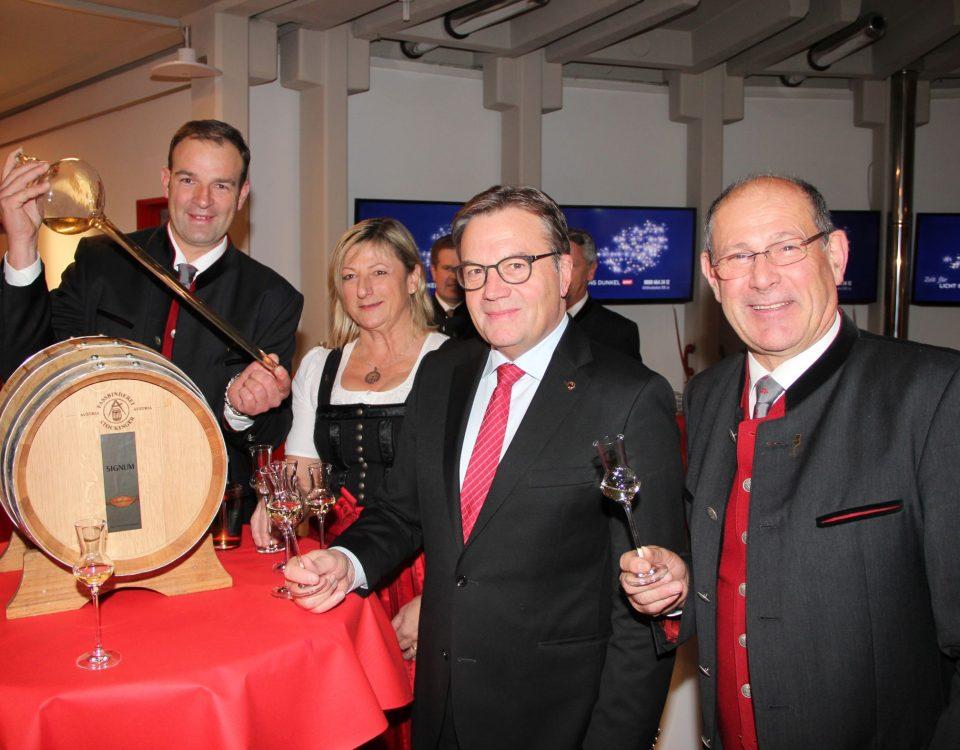 Präsident der Tiroler Edelbrandsommeliers Martin Fankhauser, Sommelière Elke Obkircher, Landeshauptmann Günther Platter und Sommelier Anton Rossetti beim Fassanstich.